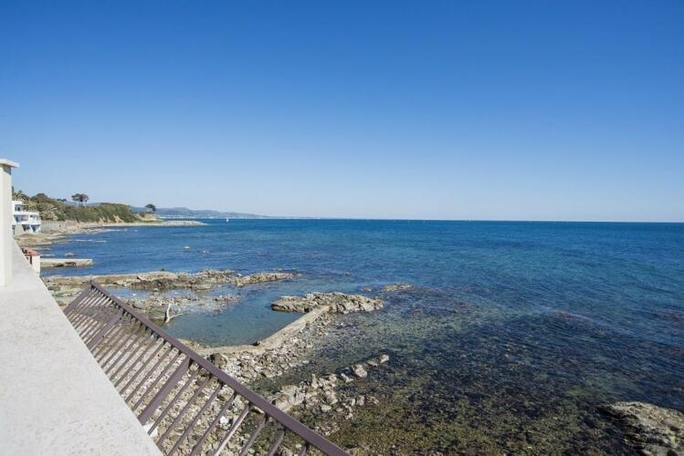 вилла на первой линии моря в италии