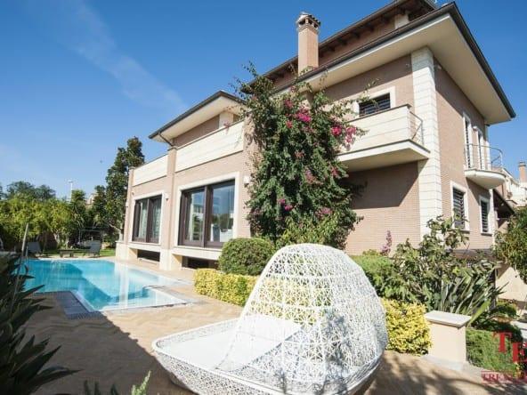 Вилла под Римом с бассейном и садом • Недвижимость Италии