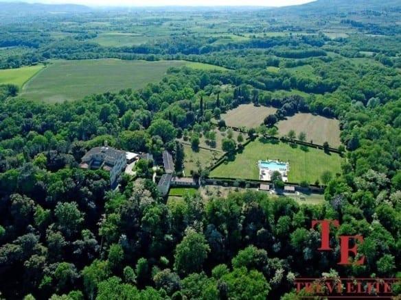 Бутик-отель с виноградником в Тоскане и сельхозугодьями 380 га   Недвижимость Италии